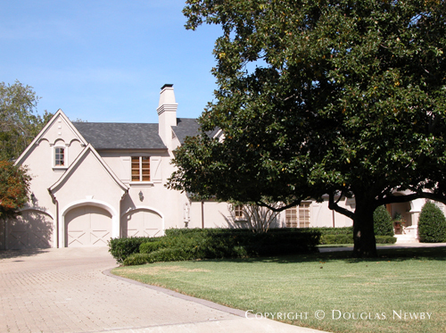 Residence in Preston Hollow - 6057 Deloache Avenue